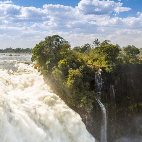 Hohe Gischtwolken in den Victoria Falls, Simbabwe