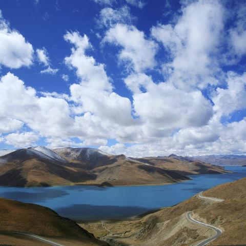 Der spektakuläre Yamdrok See in den Bergen, Tibet