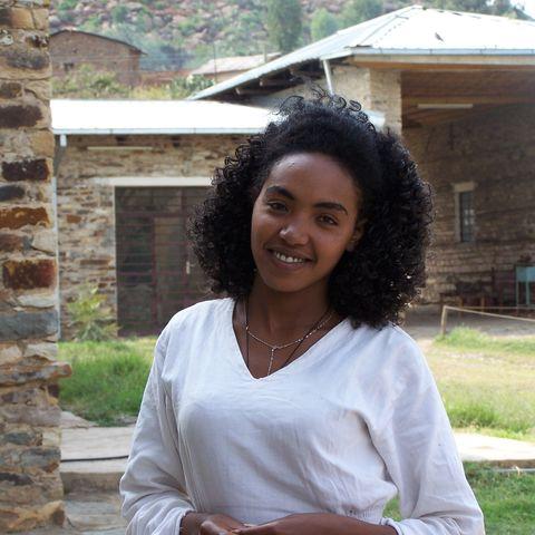 Kaffeezubereiterin in Aksum, Äthiopien