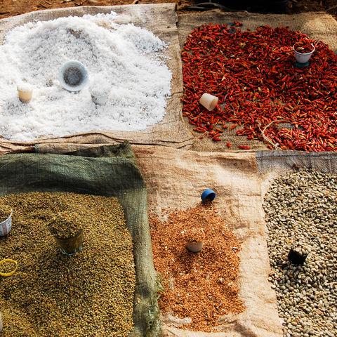 Bunte Gewürze auf einem äthiopischen Markt, Äthiopien