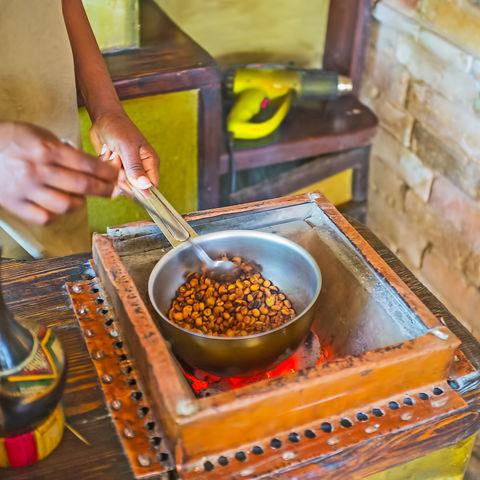 Willkommen in einem echten Kaffeeland: Rösten von Kaffeebohnen, Äthiopien
