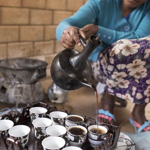 Frau gießt Kaffee bei einer Zeremonie ein, Äthiopien © John Wollwerth, Dreamstime.com