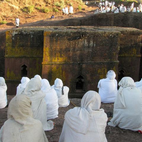 Gläubige vor Kirche St. George, Lalibela, Äthiopien