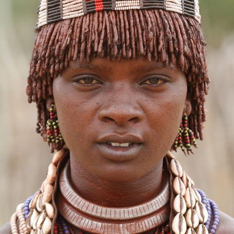 Frau vom Volk der Hamer im Omo Tal, Äthiopien
