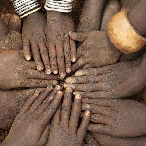 Hände von Stammeskindern, Äthiopien