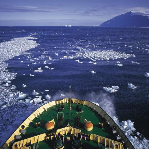 Schiff auf dem Weg durchs Eis, Antarktis