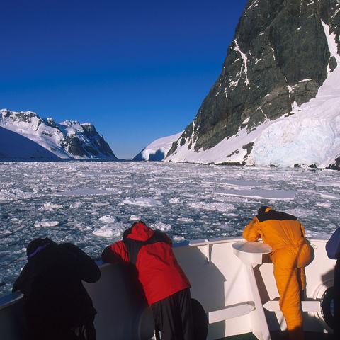 Schiff fährt durch den Lemaire Kanal, Antarktis