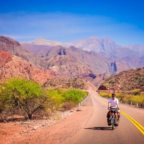 Fahrradfahrer im abgelegenen Nordwesten Argentiniens auf dem Weg nach Cafayate, Argentinien