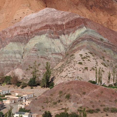 Der Cerro de los Siete Colores in Purmamarca, Argentinien