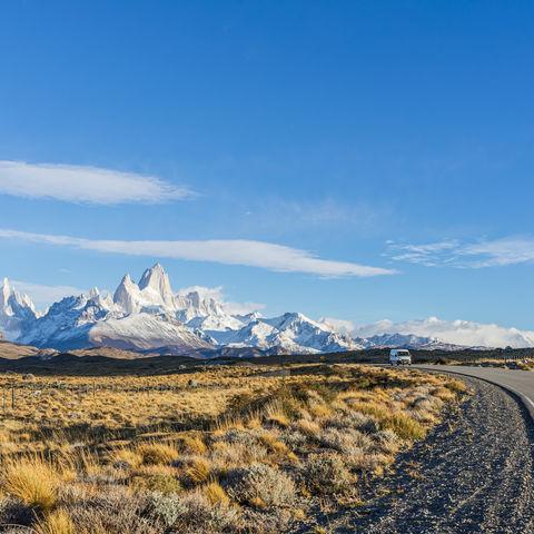 Ruta 40 mit dem Fitz Roy und Cerro Torre im Hintergrund bei Morgensonne, El Chaltén, Südpatagonien, Argentinien