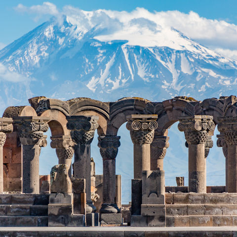 Hinter den Ruinen des Zvartnots Tempels am Ararat, Armenien