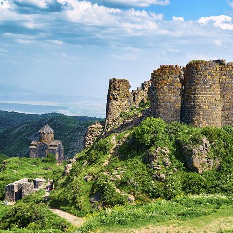 Mittelalterliche Festung Amberd mit Blick auf die Kirche Vahramashen, Armenien