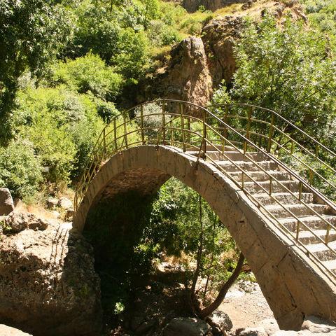 Steinbrücke beim Geghard-Kloster, Armenien