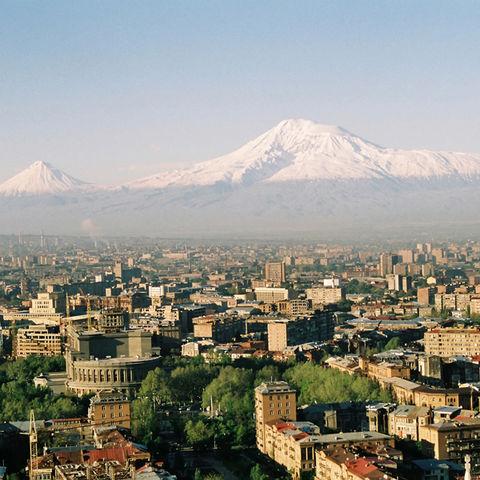 Über Jerewan thronend: der Ararat, Armenien
