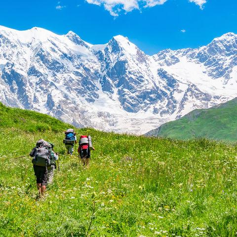Wanderer in den Bergen von Swanetien, Kaukasus, Armenien