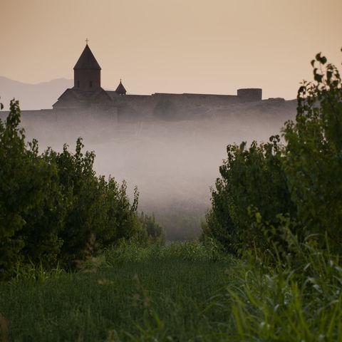 Das Chor Virap Kloster in morgendliche Nebelschwaden gehüllt, Armenien