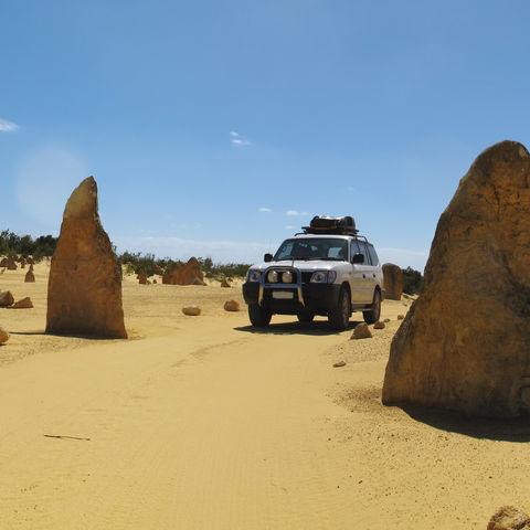 Jepp zwischen den Pinnacles im Nambung Nationalpark, Australien
