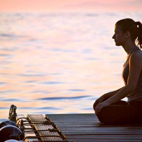 Yoga im Sonnenaufgang, Ayurveda