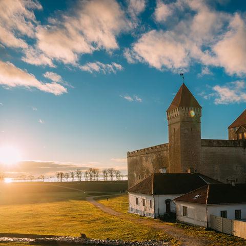 Bischöfliche Burg in Kuressaare bei Sonnenuntergang, Saaremaa, Estland © Ryhor Bruyeu, Dreamstime.com