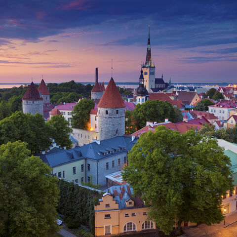 Sonnenuntergang über den Giebeldächern Tallinns, Estland, Baltikum