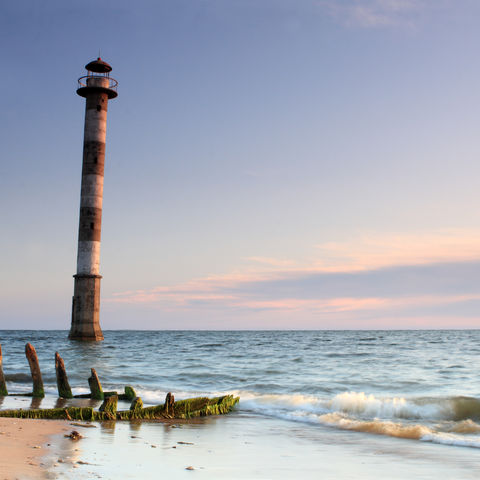 Der schiefe Leuchtturm am Strand des Vilsandi Nationalparks, Estland, Baltikum