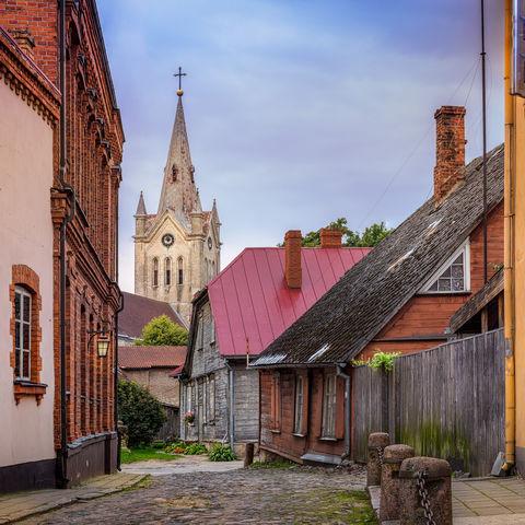 Typische Kopfsteinpflaster-Gassen in der Altstadt von Cesis, Lettland, Baltikum