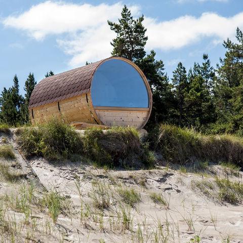 Im Holzfass am Strand von Kolka übernachten, Lettland