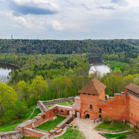 Ausblick auf das Turaida Schloss und Gauja Flusstal, Lettland