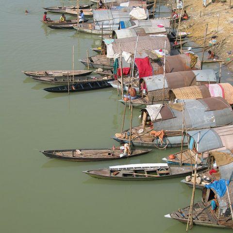 Hausboote am Ufer, Bangladesch