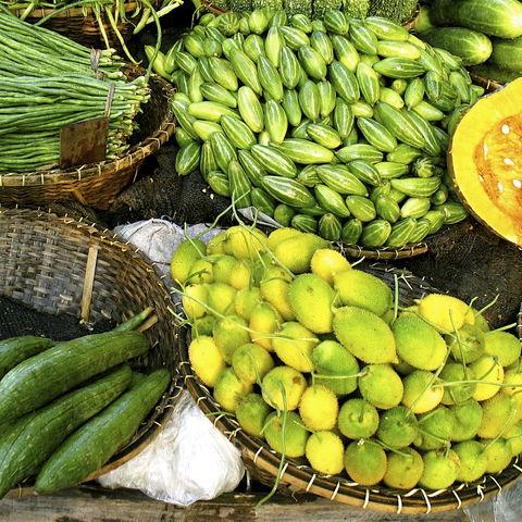 Obst und Gemüse auf einem Straßenmarkt, Bangladesch