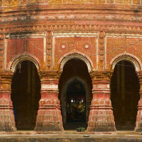 Tempelfassade des im 19. Jh. erbauten Pancharatna Govinda in Puthia, Bangladesch
