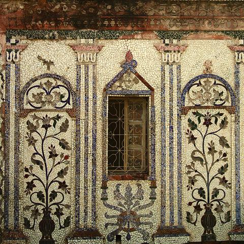 Fenster und farbenfrohe Mosaik in Sonargaon, Bangladesch