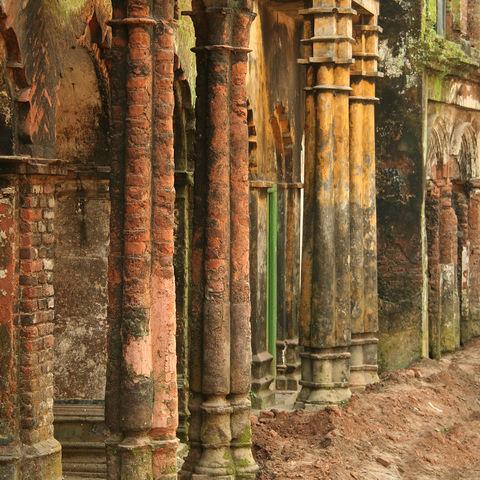 Bunte Wände und Säulen in Sonargon, Bangladesch