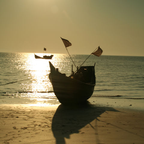Ein Boot hat auf dem Strand von St. Martin angelegt, Bangladesch