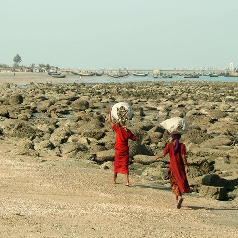 Mädchen am Strand von St. Martin, Bangladesch