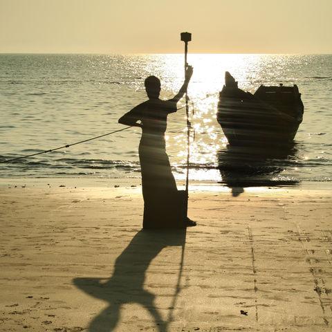 Silhouette eines Fischers am Strand, Bangladesch