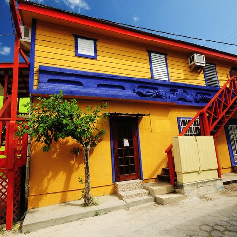 Eins der typischen bunten Häuser in San Pedro, Ambergris Caye, Belize