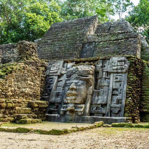 Eine über 4 m große Maske eines ehemaligen Maya Königs: Maskentempel in Lamanai, Belize