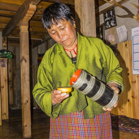 Traditionelle Kleidung der Bhutanerinnen: Kira, Bhutan