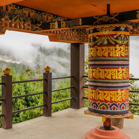 Gebetsmühle in einem Tempel, Bumthang, Bhutan