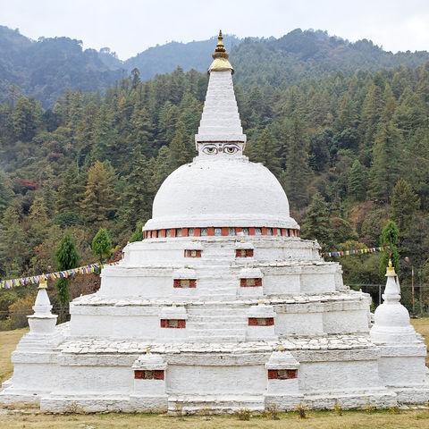 Um Dämonen und böse Geister fernzuhalten: der Chorten Kharo Casho, Chendebji, Bhutan