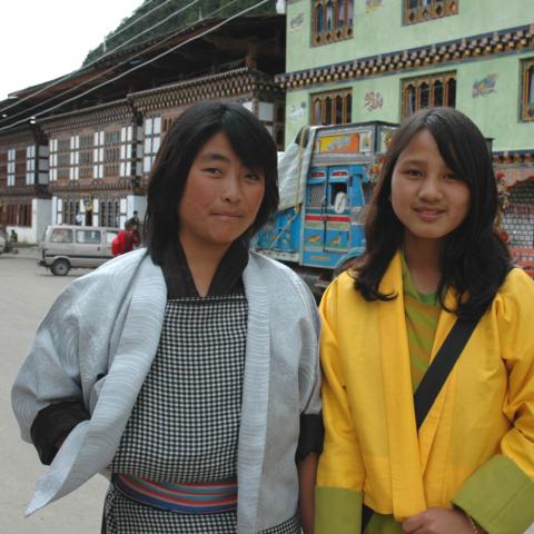 Herzlichkeit überall: Zwei freundliche Bhutanerinnen, Bhutan