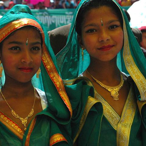 Mädchen im traditionellen Gewand, Bhutan