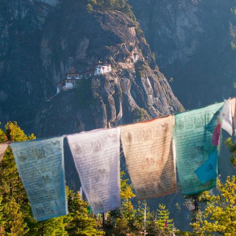 Gebetsflaggen in Paro, Bhutan