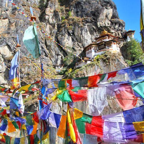 Fast geschafft! Bunte Gebetsfahnen auf dem Weg zum Tigernest Kloster, Paro, Bhutan
