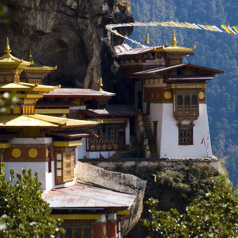 Taktshang mit bunten Gebetsfahnen, Bhutan