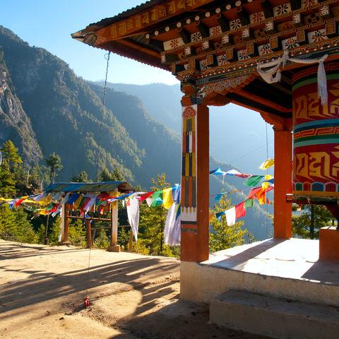 Gebetsfahnen tragen Mantras in den Himmel, Paro, Bhutan