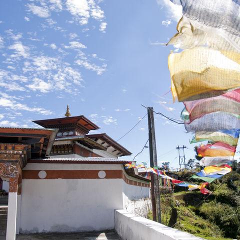 Ein Tempel mit Gebetfahnen, Bhutan