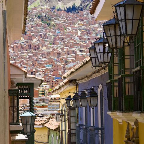 Steil, eng und bunt sind die Straßen von La Paz, Bolivien