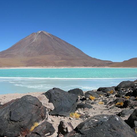 Grün schimmernde Laguna Verde zu Füßen des Vulkans Licancabur, der Bolivien von Chile abgrenzt, Bolivien